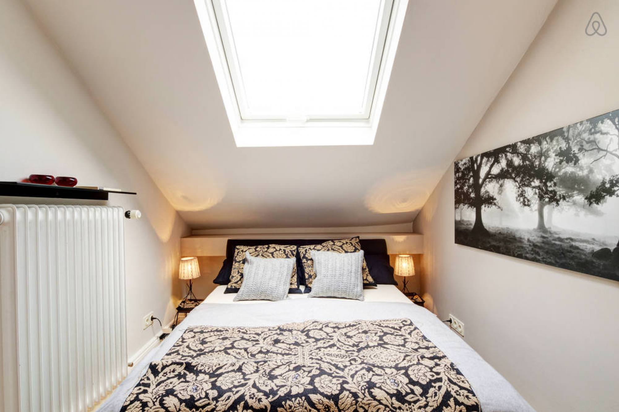 30 skylight bedroom designs bedroom designs designtrends for Bedroom skylight