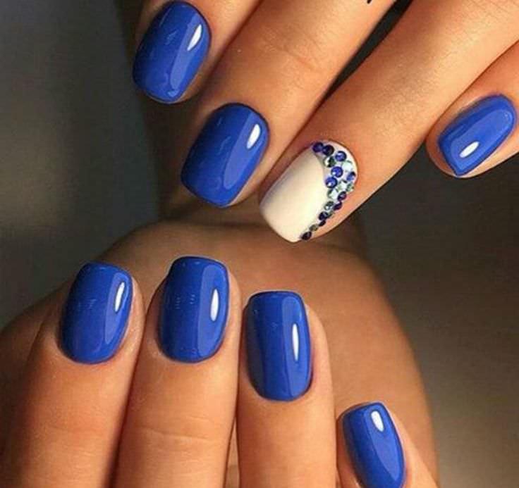 Маникюр в синих цветах