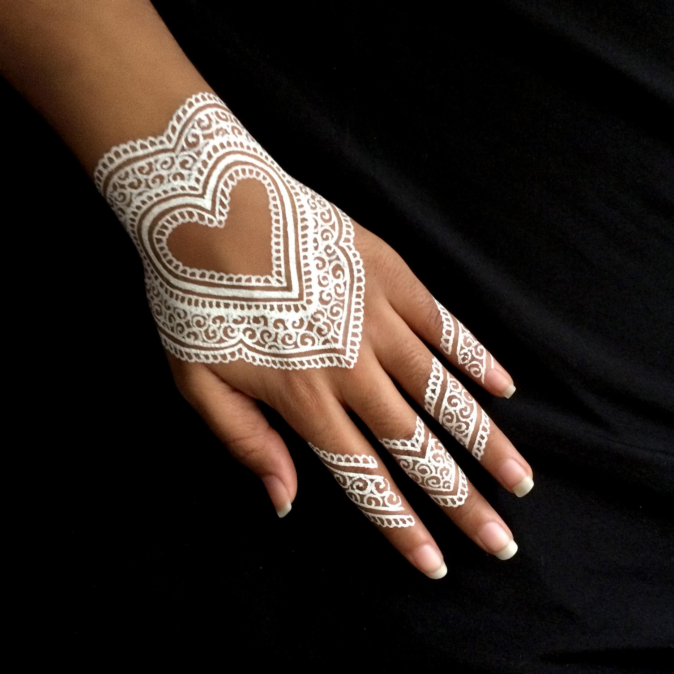 Dengan 17 Inspirasi Henna Putih Ini Momen Pernikahanmu Bakal
