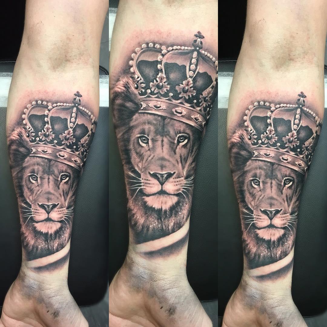 Тату со львом на руке