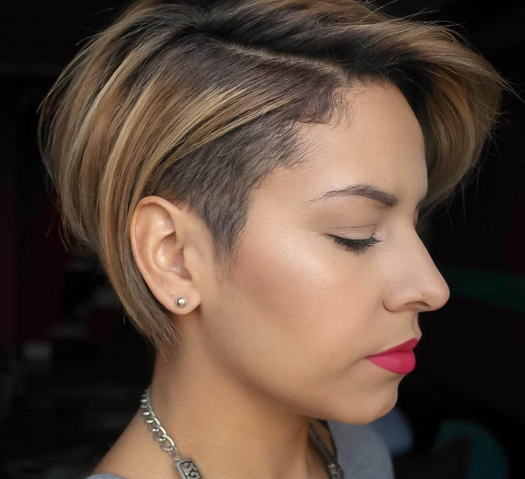 Прическа на средние волосы с выбритыми висками