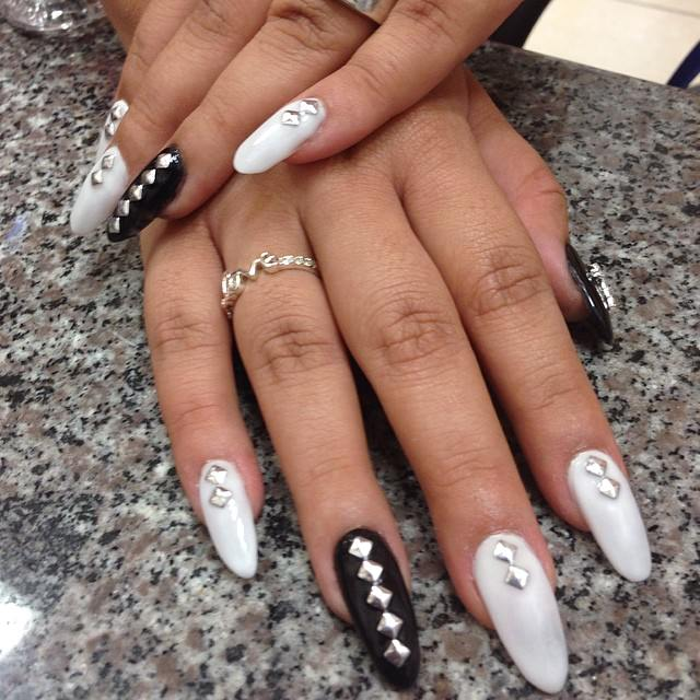 black and white acrylic nail1