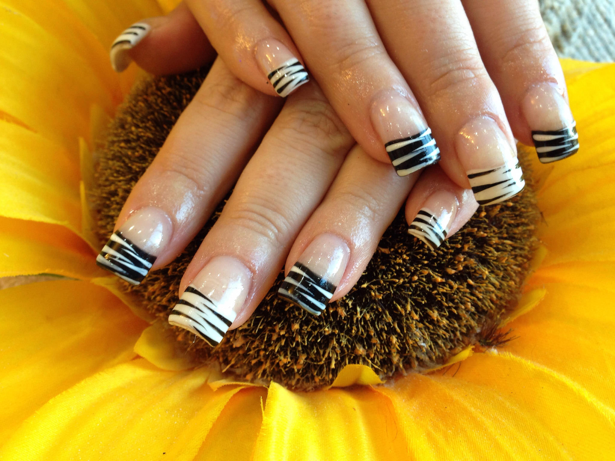 black and white acrylic nail2