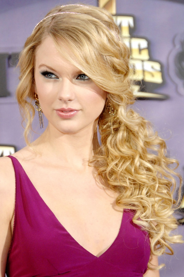 taylor-swift-hairband-side-ponytail
