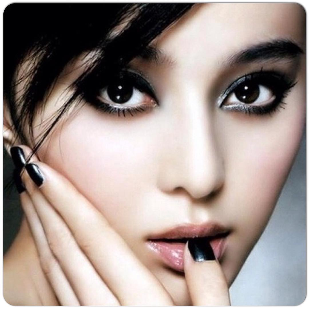 Makeup With Black Nail Design