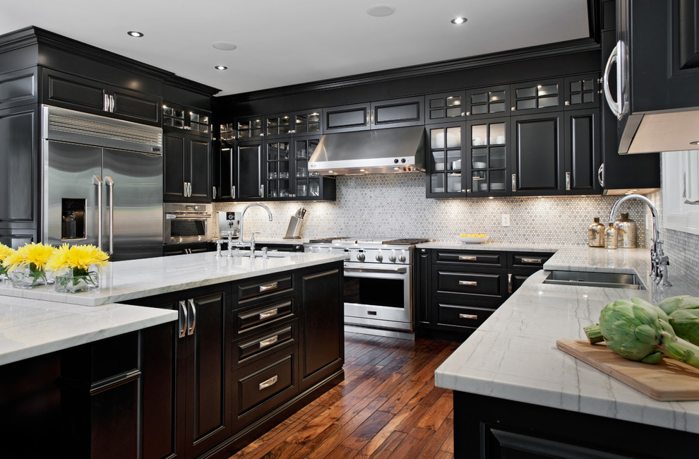 Black and White Spacious Kitchen Design