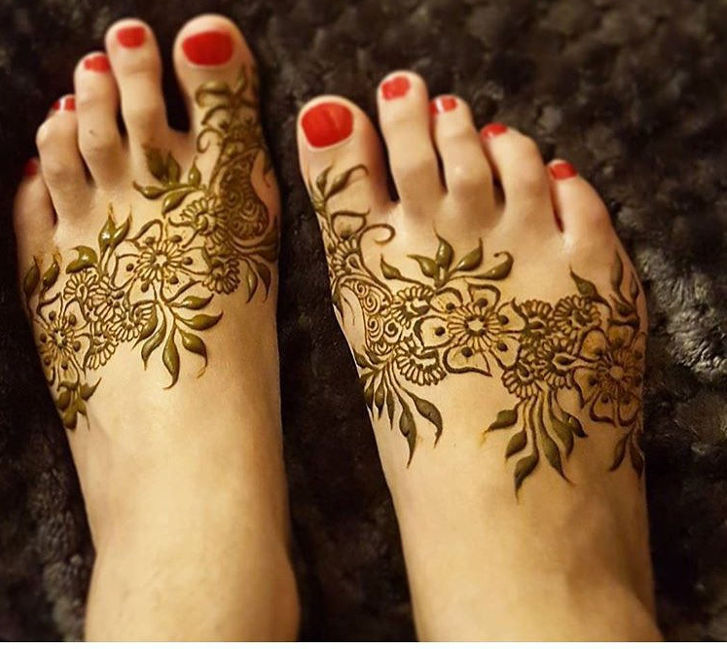 pretty henna design for foots
