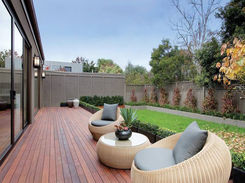 20Modern garden design using brick with balcony & outdoor furniture setting