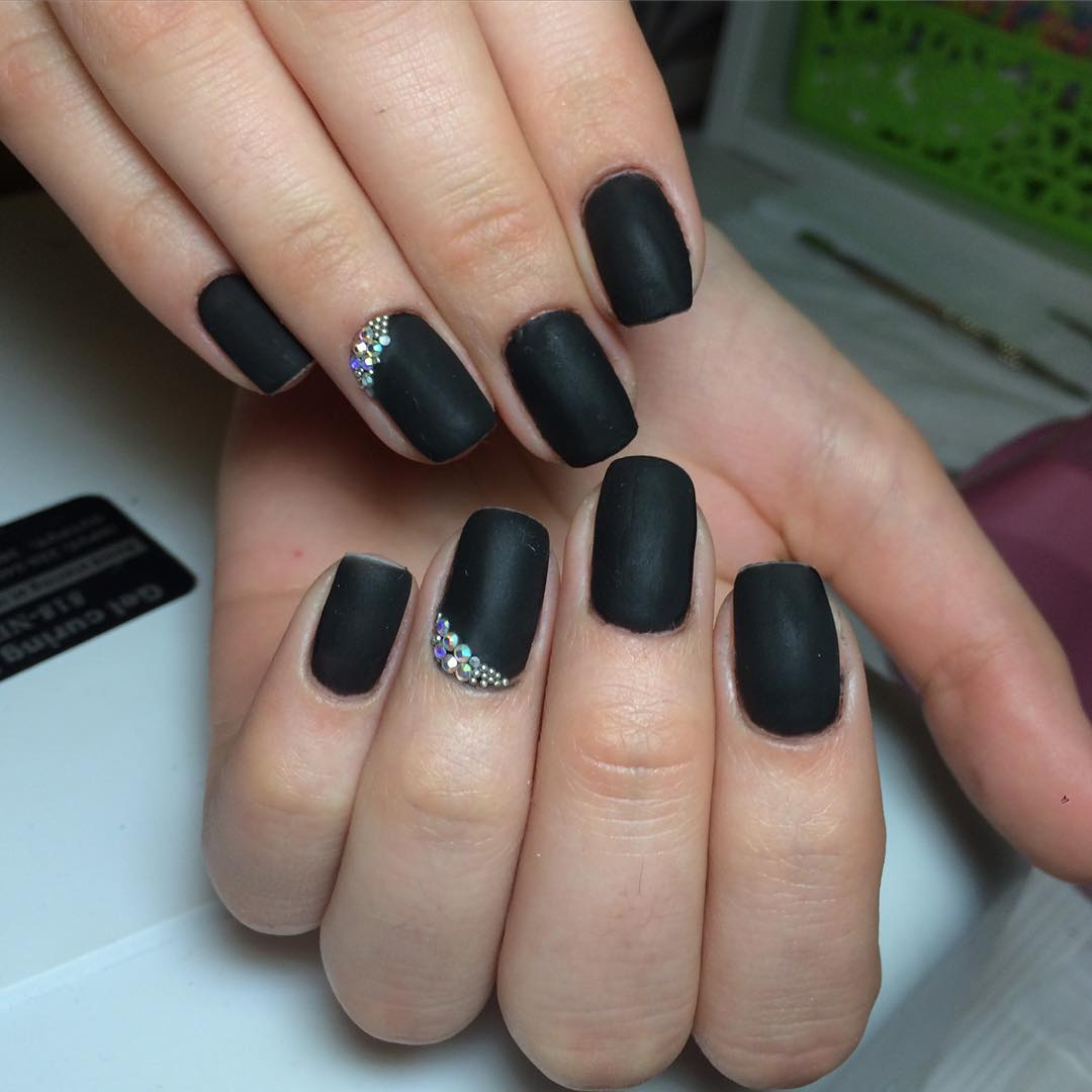 women loves black stiletto nail design