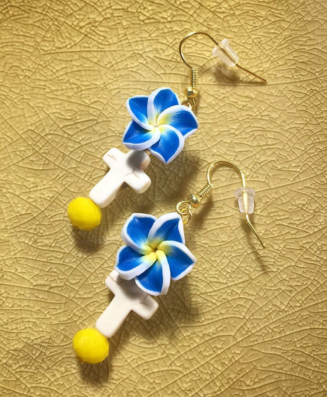 Blue Flower Cross Earrings With Cream Stone