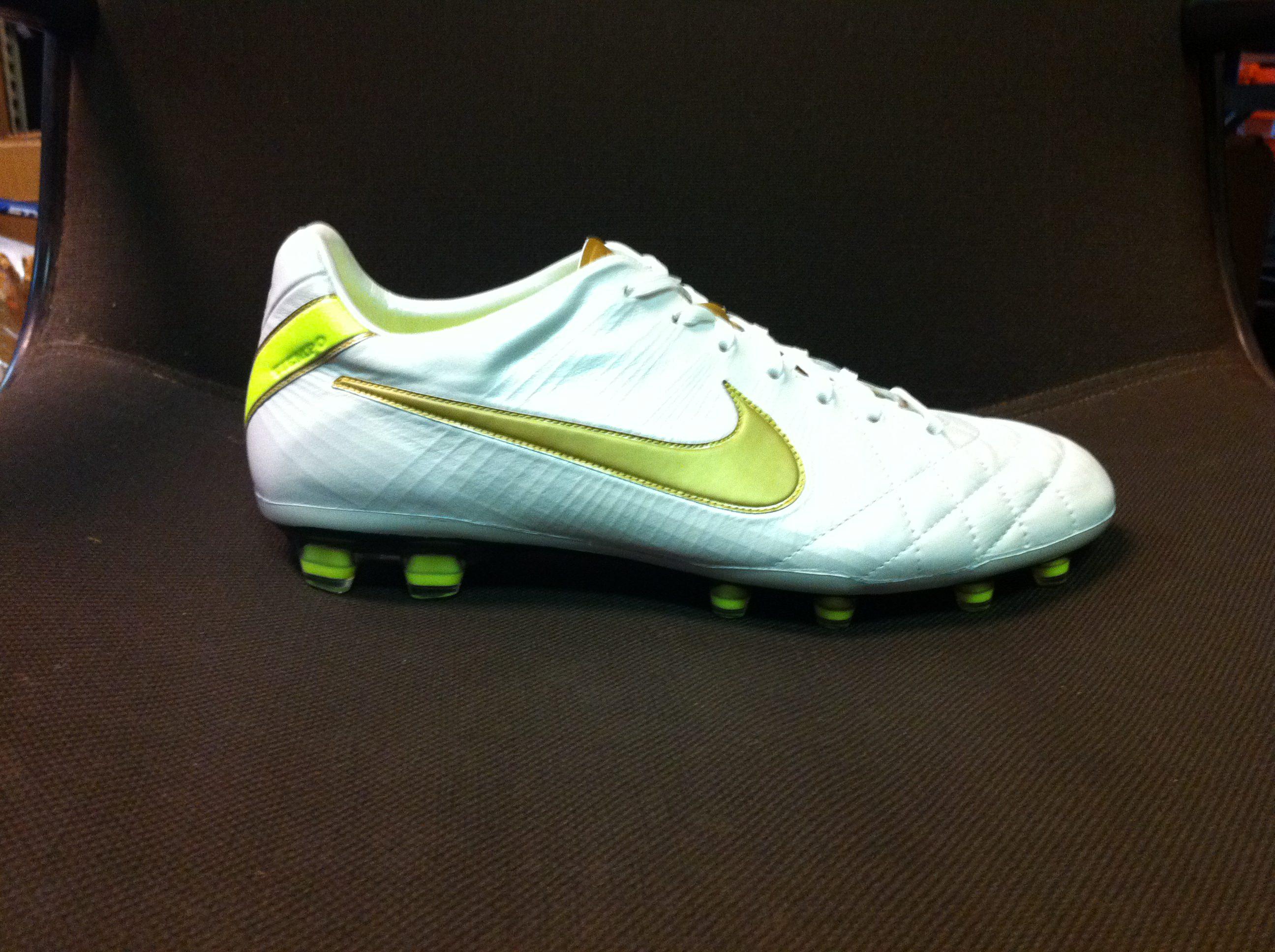 Nike Tiempo Ronaldinho 10R Soccer Shoes