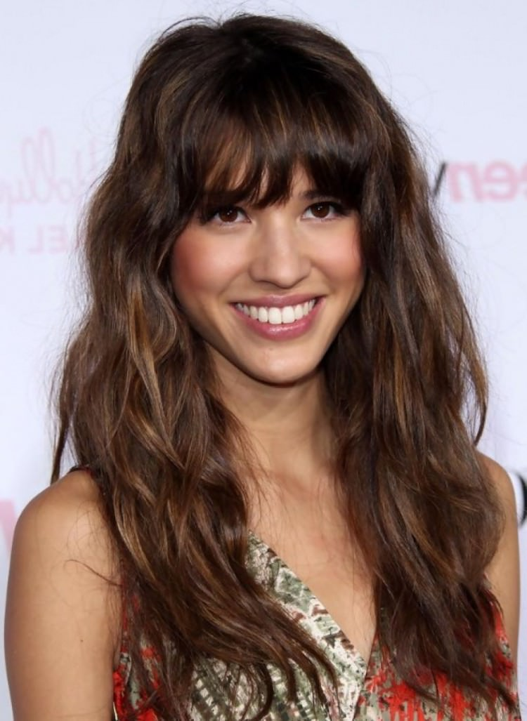 Combine straight bangs with wavy strands