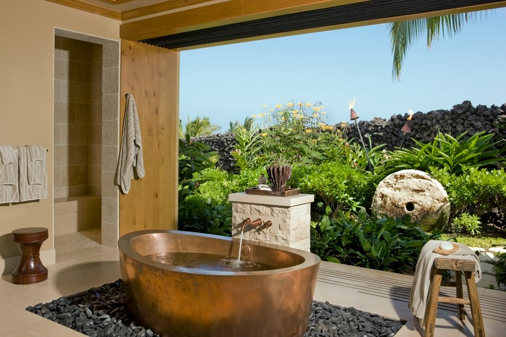 Spacious Tropical Garden With Soaking Bath tube