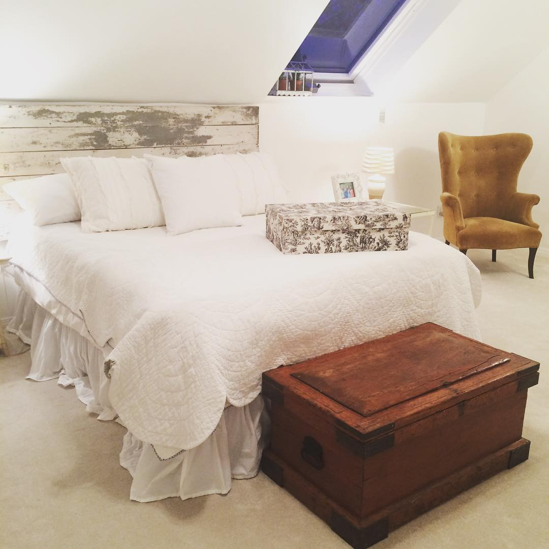 cool decorative farm house bed room
