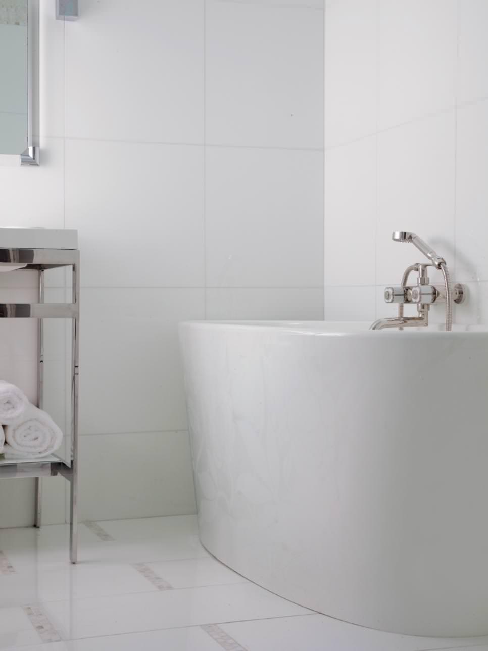 Modern White Bathroom with tub