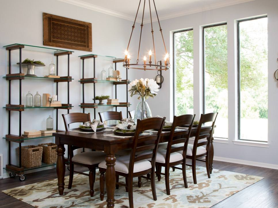 Dining Room With Simple Chandelier