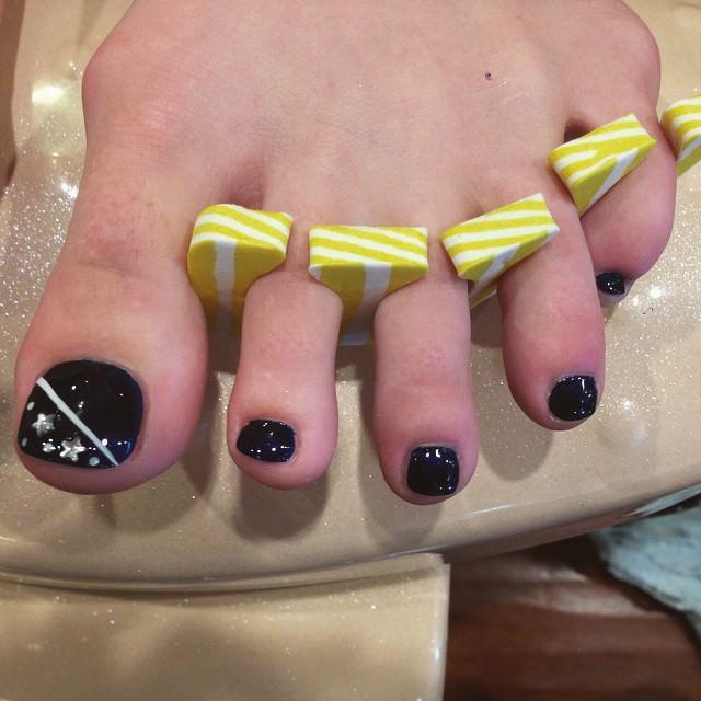 Star-Black Toe Nail Design