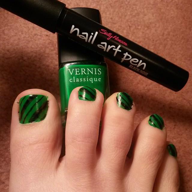 green black toe nail design