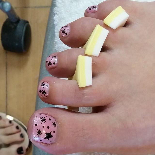 stares black toe nail design
