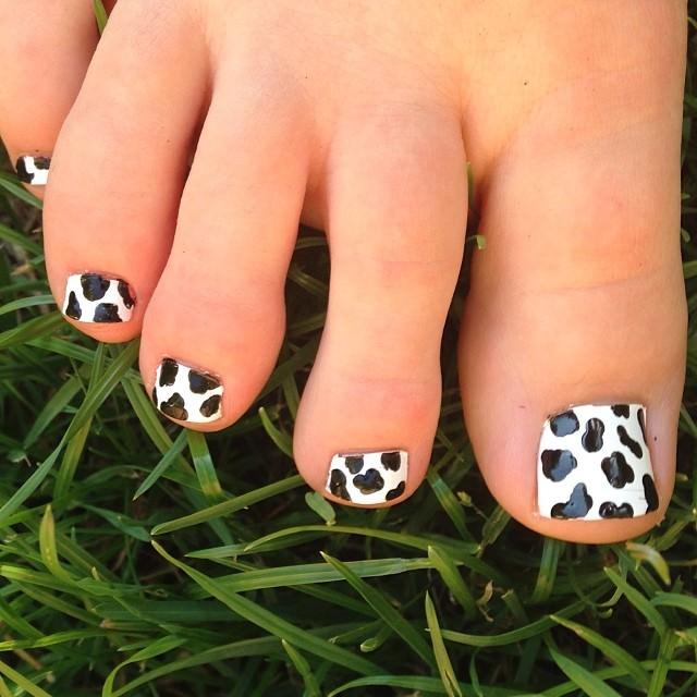 Beautiful Animal-Black Toe Nail Design