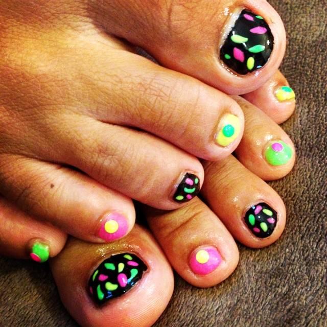 Colores Black Toe Nail Design