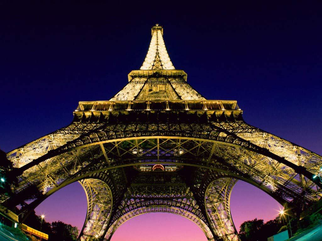 zoom view of eiffel tower in paris wallpaper