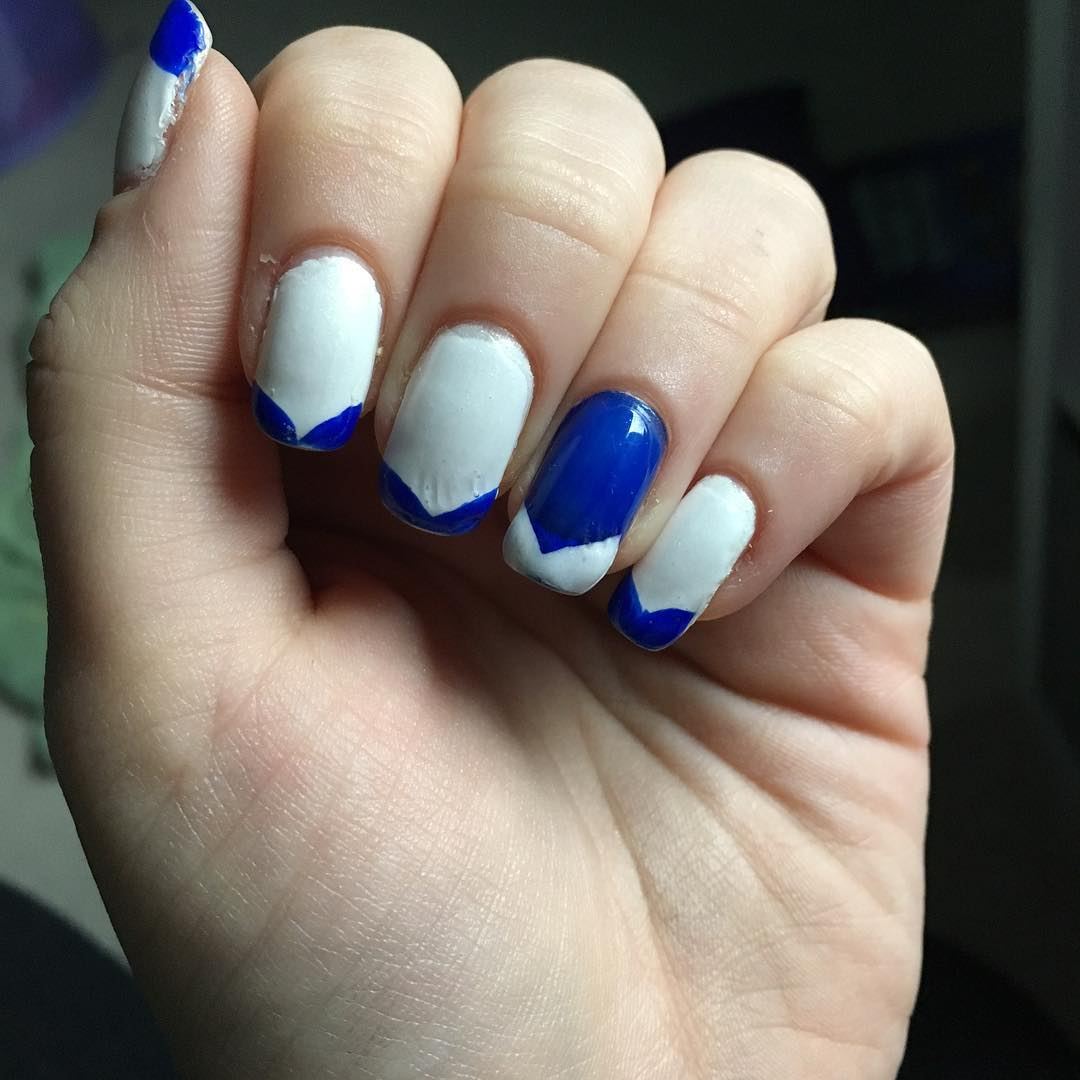 tip blue and white nail design