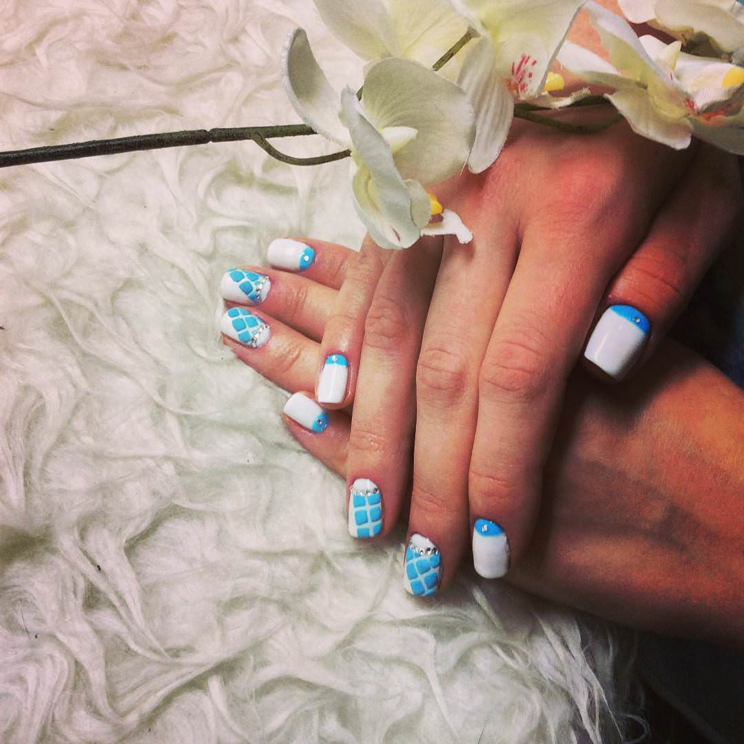 fashionable blue and white nail design