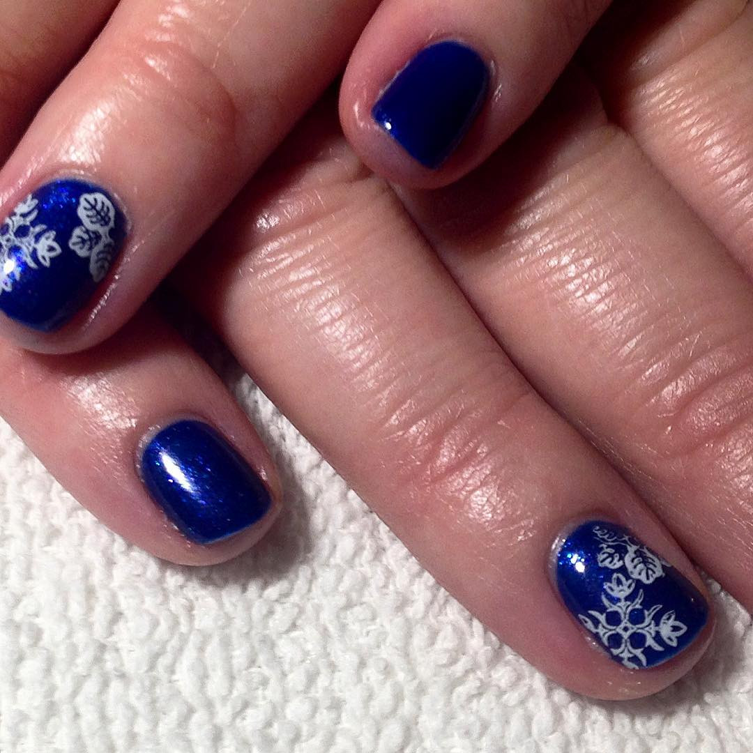 blue and white design for round nails