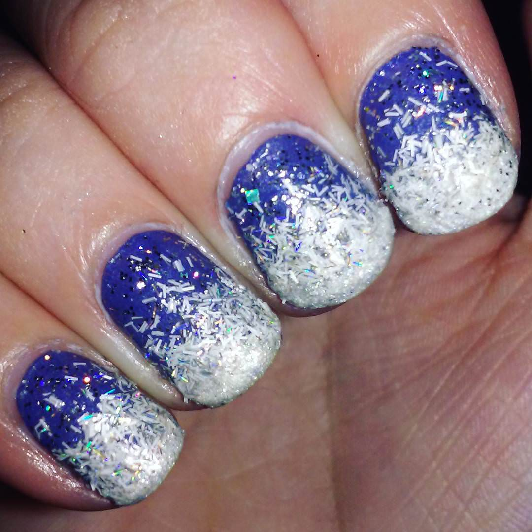 round glitter blue white nails