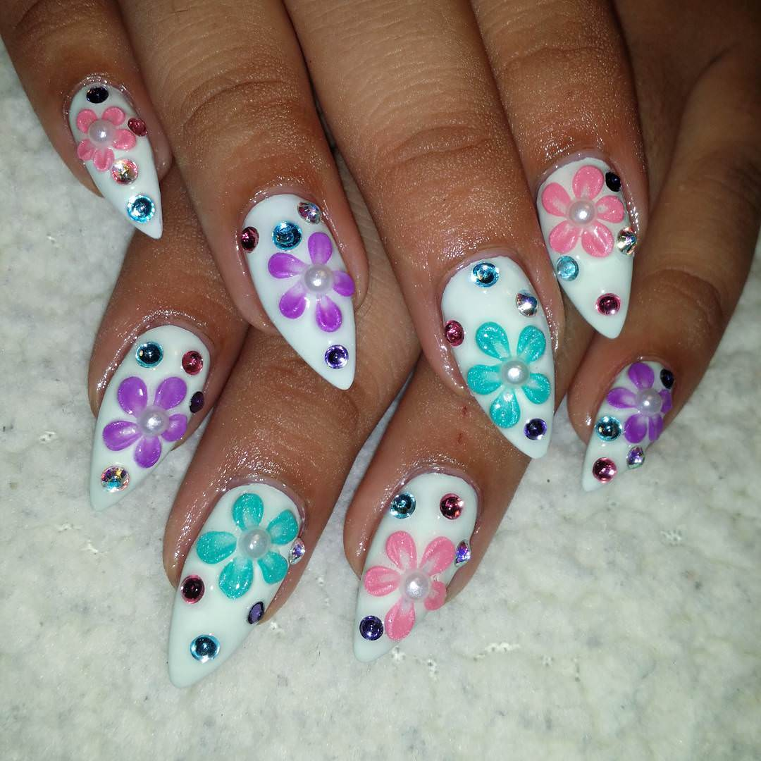 women loves flower nail art