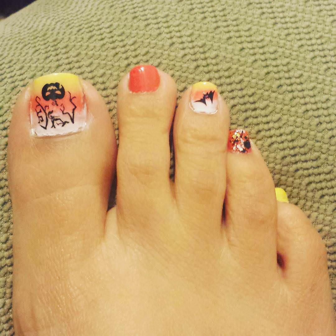 scare toes nail design