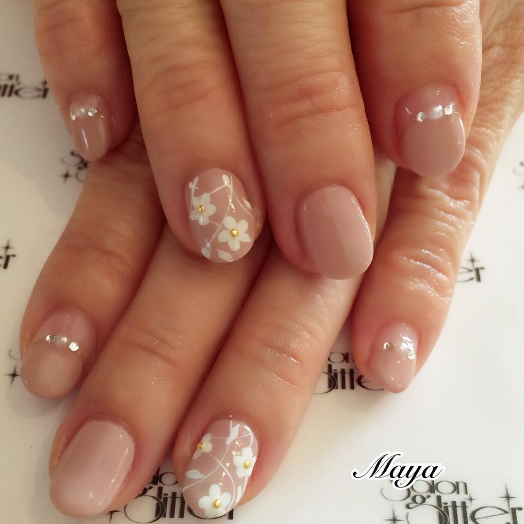 white flower designed nail design