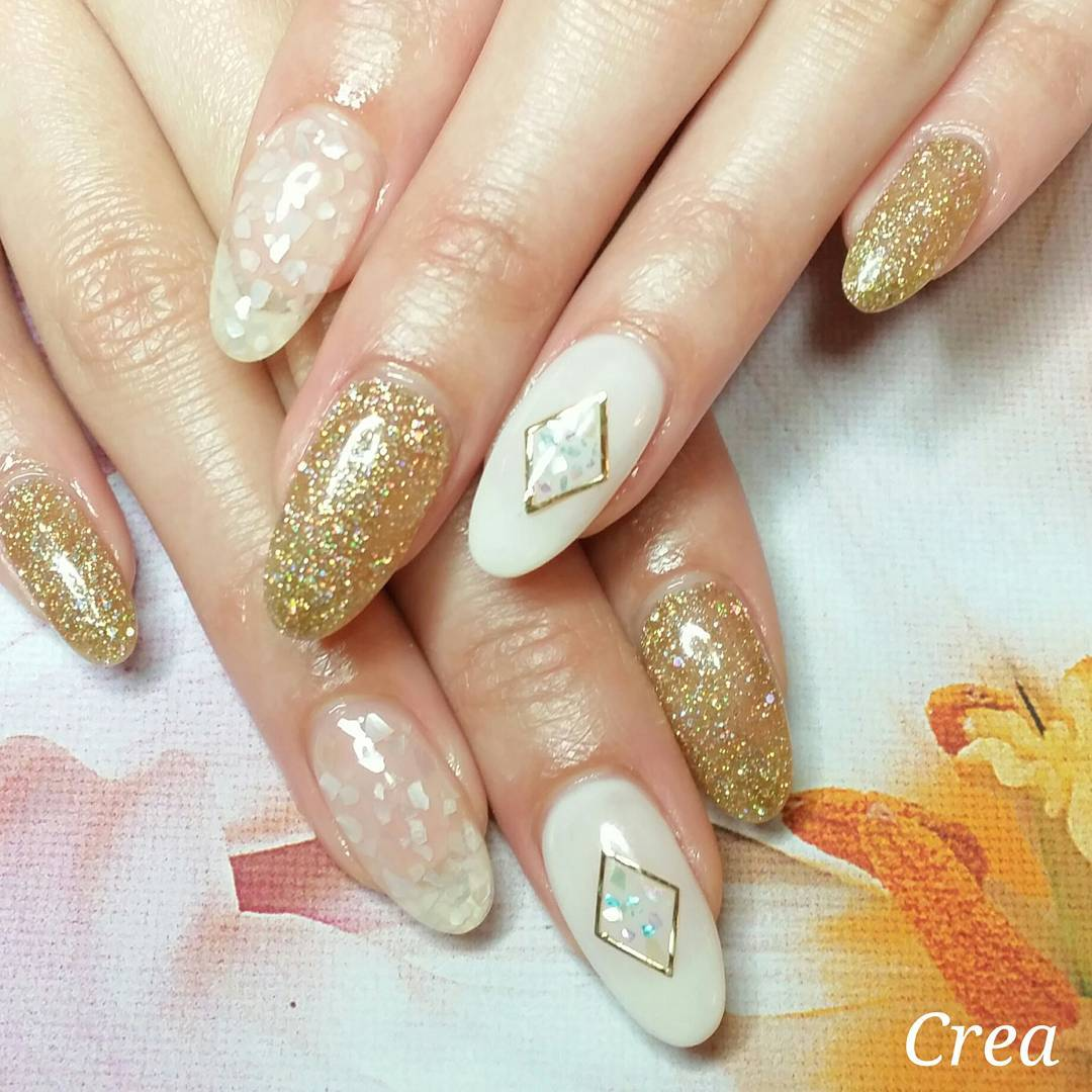 gold glitter nails of winter acrylic