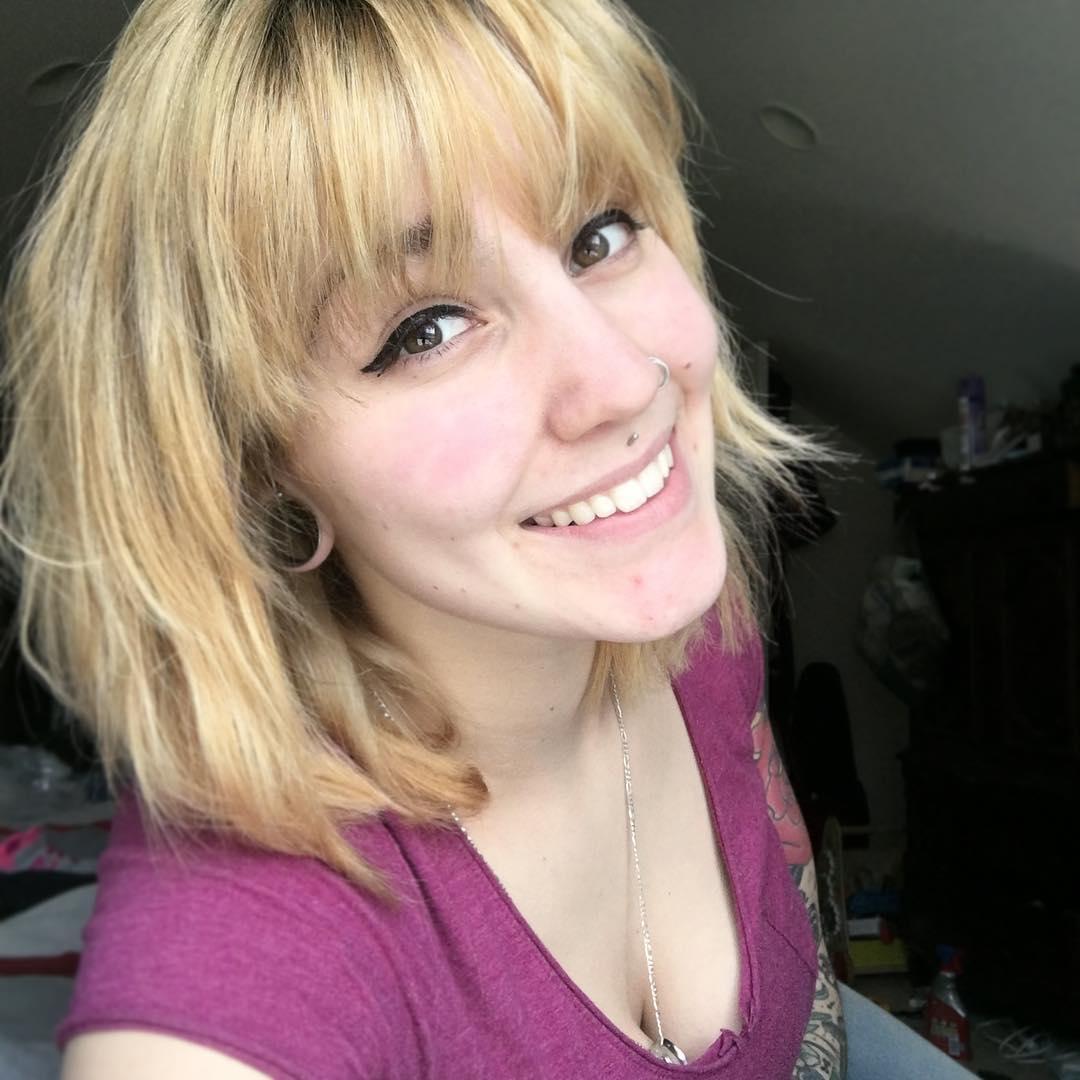 Short blonde hairdo