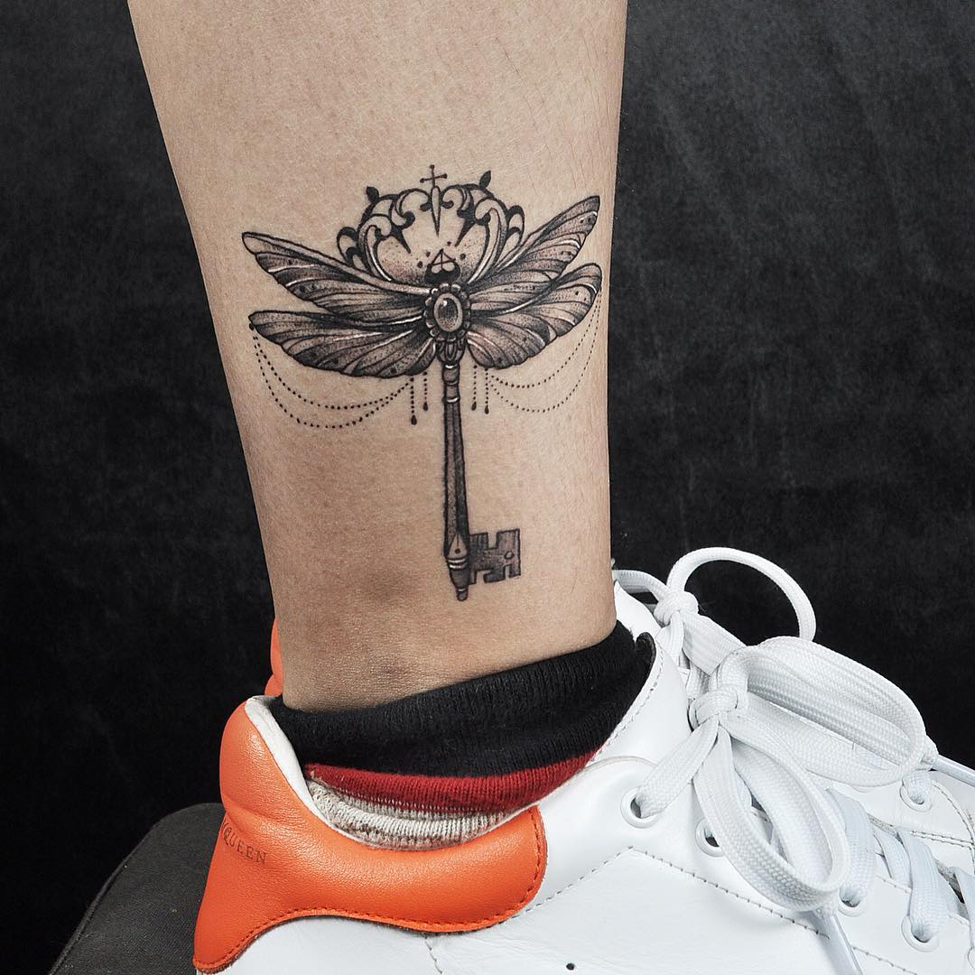bee designed key leg tattoo art