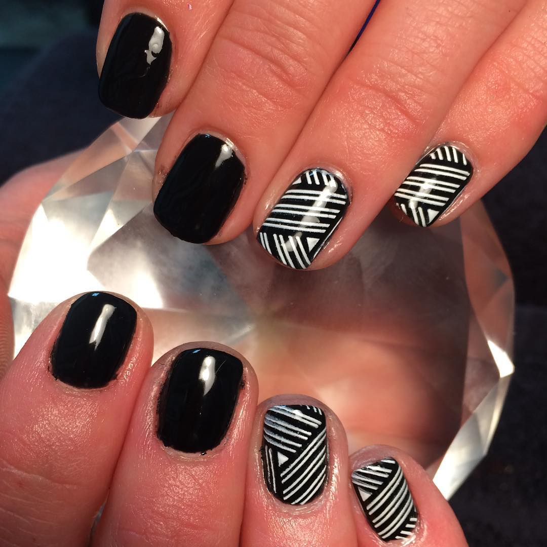 vintage black and white nails looks so cute