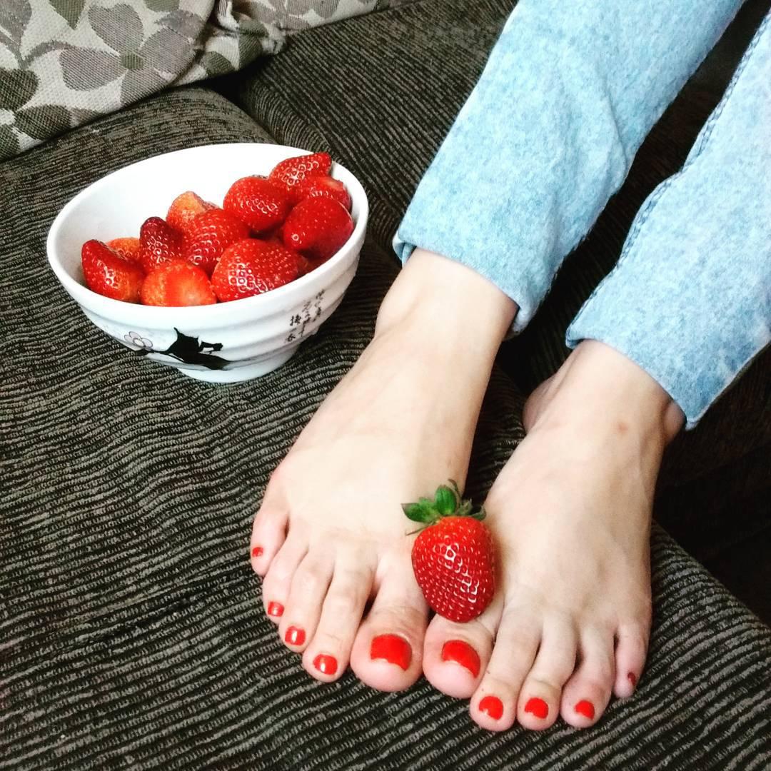 Fashionable Toe Nail Art Design Idea