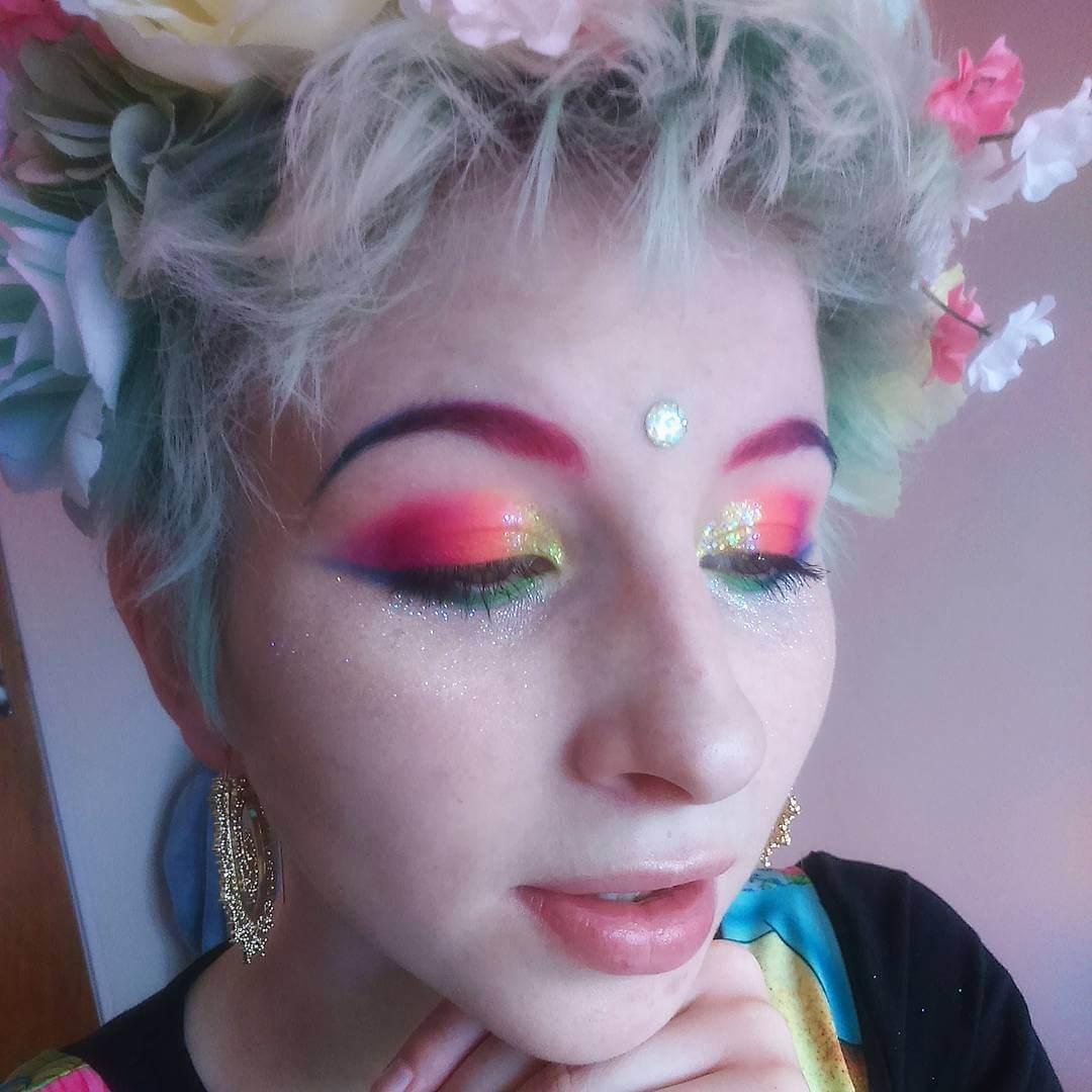 eyemakeup with gold glitter