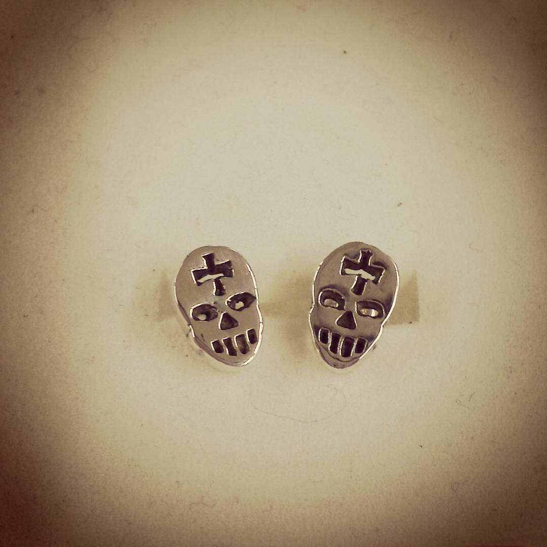 skull design earrings for men 1