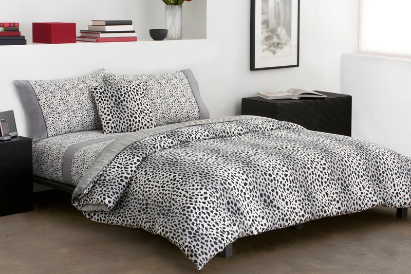16 animal print bedroom designs decorating ideas for Black and white zebra print bedroom ideas