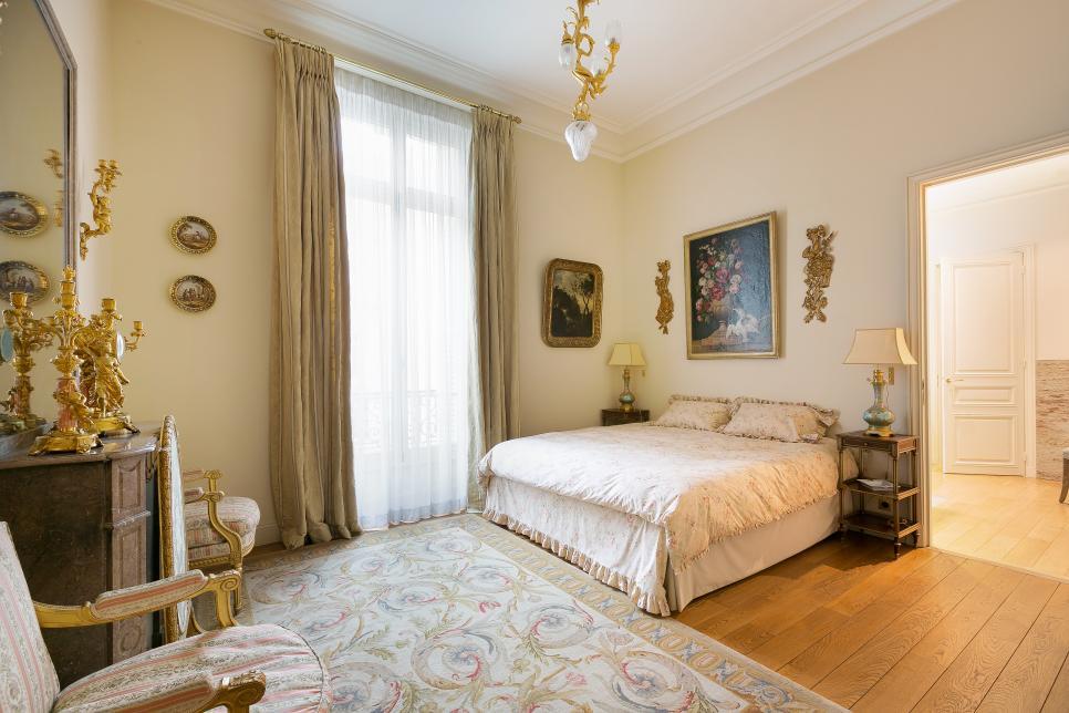 https://images.designtrends.com/wp-content/uploads/2016/04/18093847/Formal-Victorian-Bedroom-with-Gold-Decor.jpeg