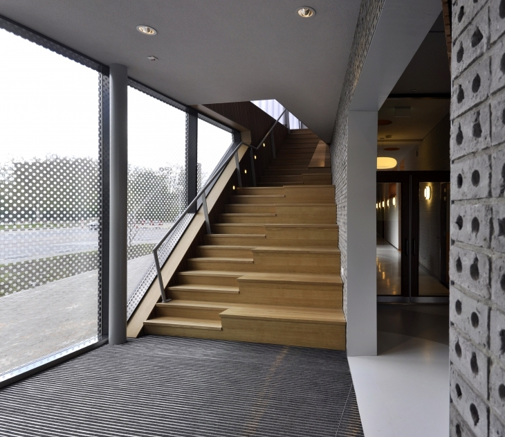 19 interior entrance staircase