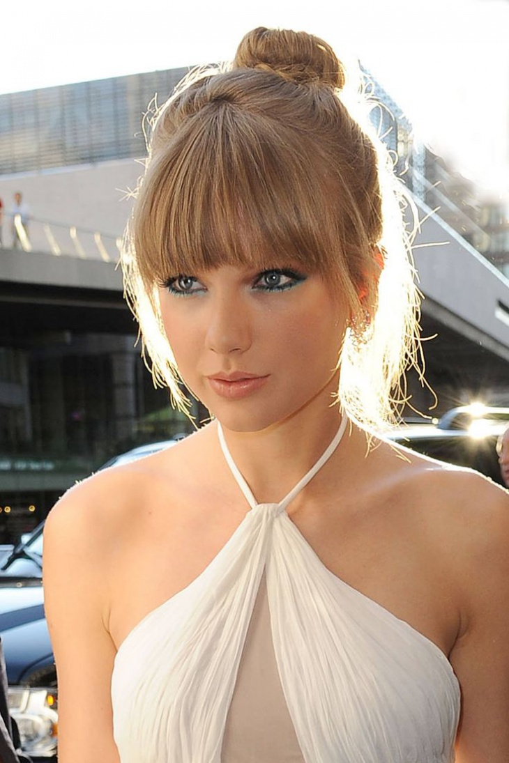 taylor swift blonde bun hairdo