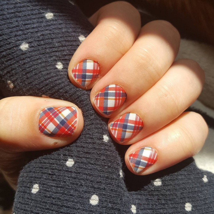 cute plaid design for short nails