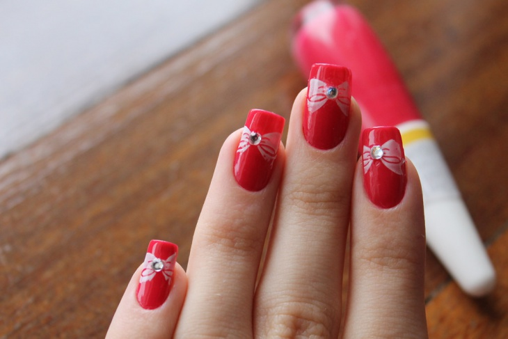 red nails with bow design