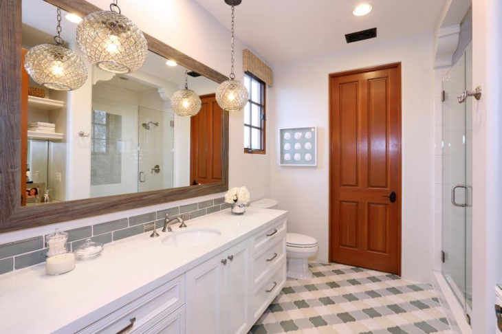 white mediterranean bathroom with glass pendant
