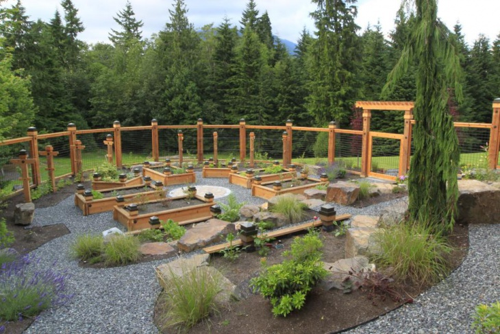 Natural Gravel Garden with Wood Fences