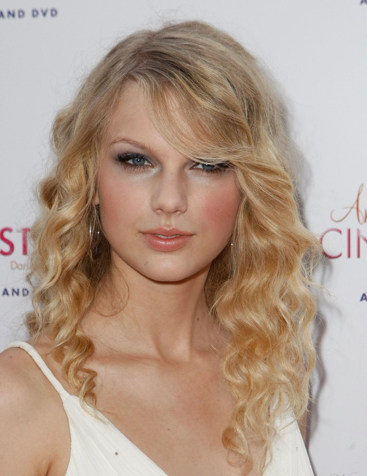 Taylor Swift Blonde Frizzy Hair