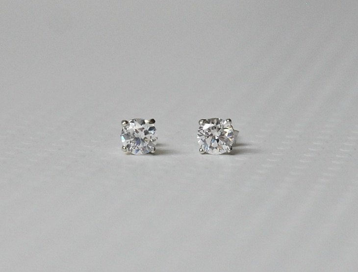 round solitaire diamond stud earrings
